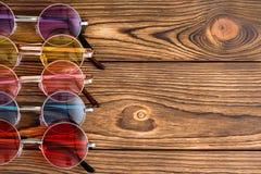 Χρωματισμένα γενικά γυαλιά ηλίου με τους στρογγυλούς φακούς Στοκ Εικόνες