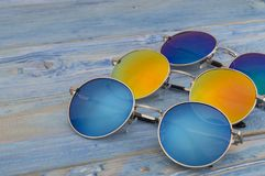 Χρωματισμένα γυαλιά ηλίου σε ένα ξύλινο υπόβαθρο Στοκ εικόνα με δικαίωμα ελεύθερης χρήσης