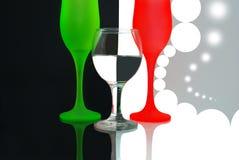 Χρωματισμένα γυαλιά κρασιού στο μαύρο άσπρο υπόβαθρο. Στοκ Φωτογραφία