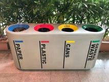 Χρωματισμένα διαφορά δοχεία για τη συλλογή των ανακύκλωσης υλικών Στοκ Φωτογραφίες