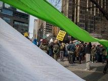 Χρωματισμένα εμβλήματα στη διαμαρτυρία ατού Στοκ Φωτογραφία