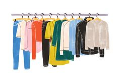 Χρωματισμένα ενδύματα ή ένωση ενδυμασίας στις κρεμάστρες στο ράφι ή τη ράγα ενδυμάτων που απομονώνεται στο άσπρο υπόβαθρο ιματισμ ελεύθερη απεικόνιση δικαιώματος