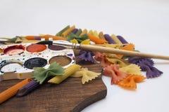 Χρωματισμένα ζυμαρικά που χρωματίζονται στη διαφορετική βούρτσα χρώματος στοκ φωτογραφία με δικαίωμα ελεύθερης χρήσης