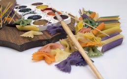 Χρωματισμένα ζυμαρικά που χρωματίζονται στη διαφορετική βούρτσα χρώματος στοκ εικόνες