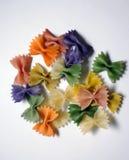 Χρωματισμένα ζυμαρικά που χρωματίζονται στο διαφορετικό χρώμα στοκ εικόνα