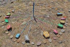 Χρωματισμένα ηλιακά ρολόγια στην παραλία το καλοκαίρι για να βοηθήσει τον τουρίστα στοκ φωτογραφίες με δικαίωμα ελεύθερης χρήσης