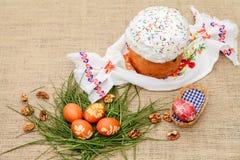 χρωματισμένα κέικ αυγά Πάσχας Στοκ φωτογραφία με δικαίωμα ελεύθερης χρήσης