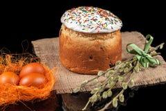 χρωματισμένα κέικ αυγά Πάσχας Στοκ εικόνα με δικαίωμα ελεύθερης χρήσης