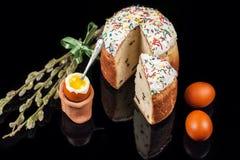 χρωματισμένα κέικ αυγά Πάσχας Στοκ Εικόνα