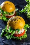 Χρωματισμένα κίτρινα burgers Χάμπουργκερ burgers κοτόπουλου με turmeric το ψωμί Στοκ φωτογραφίες με δικαίωμα ελεύθερης χρήσης
