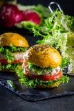 Χρωματισμένα κίτρινα burgers Χάμπουργκερ burgers κοτόπουλου με turmeric το ψωμί Στοκ Φωτογραφία