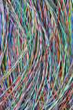 Χρωματισμένα καλώδια και καλώδια τηλεπικοινωνιών Στοκ φωτογραφία με δικαίωμα ελεύθερης χρήσης