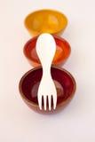 Χρωματισμένα κεραμικά πιάτα με άσπρο Spork Στοκ Φωτογραφίες