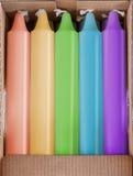 Χρωματισμένα κεριά στο κουτί από χαρτόνι Στοκ Φωτογραφίες