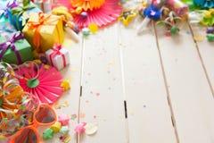 Χρωματισμένα κιβώτια δώρων με τις ζωηρόχρωμες κορδέλλες Άσπρη ανασκόπηση δώρο Στοκ Εικόνα