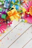Χρωματισμένα κιβώτια δώρων με τις ζωηρόχρωμες κορδέλλες Άσπρη ανασκόπηση δώρο Στοκ εικόνα με δικαίωμα ελεύθερης χρήσης