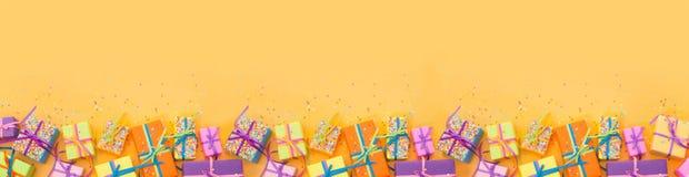 Χρωματισμένα κιβώτια δώρων με τις ζωηρόχρωμες κορδέλλες Άσπρη ανασκόπηση πολύ Στοκ εικόνες με δικαίωμα ελεύθερης χρήσης