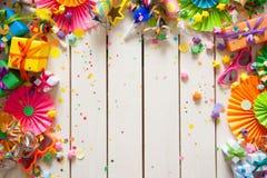 Χρωματισμένα κιβώτια δώρων με τις ζωηρόχρωμες κορδέλλες Άσπρη ανασκόπηση δώρο Στοκ φωτογραφία με δικαίωμα ελεύθερης χρήσης