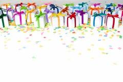 Χρωματισμένα κιβώτια δώρων με τις ζωηρόχρωμες κορδέλλες Άσπρη ανασκόπηση δώρο Στοκ Εικόνες