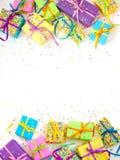 Χρωματισμένα κιβώτια δώρων με τις ζωηρόχρωμες κορδέλλες Άσπρη ανασκόπηση πολύ Στοκ Φωτογραφίες