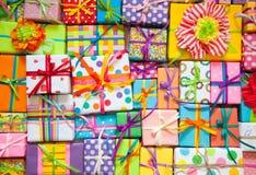 Χρωματισμένα κιβώτια δώρων με τις ζωηρόχρωμες κορδέλλες Άσπρη ανασκόπηση δώρο Στοκ φωτογραφίες με δικαίωμα ελεύθερης χρήσης
