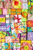 Χρωματισμένα κιβώτια δώρων με τις ζωηρόχρωμες κορδέλλες Άσπρη ανασκόπηση δώρο Στοκ Φωτογραφίες