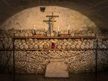 Χρωματισμένα κρανία με τα ονόματα, τα κεριά και το σταυρό Στοκ Φωτογραφίες