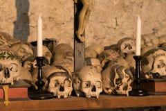 Χρωματισμένα κρανία με τα ονόματα, τα κεριά και το σταυρό στοκ εικόνα