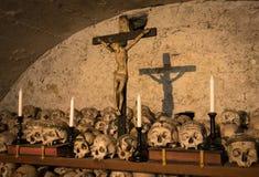 Χρωματισμένα κρανία με τα ονόματα, τα κεριά και το σταυρό Στοκ Φωτογραφία