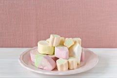 Χρωματισμένα κρητιδογραφία marshmallows στοκ εικόνες
