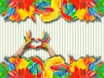 Χρωματισμένα κτυπήματα χρωμάτων και χέρια μωρών απεικόνιση αποθεμάτων