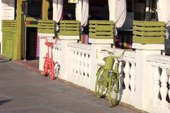 Χρωματισμένα κόκκινα και πράσινα ποδήλατα Στοκ Φωτογραφία
