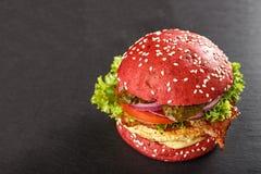 Χρωματισμένα κόκκινα burgers Σπιτικό αμερικανικό χάμπουργκερ burgers κοτόπουλου Στοκ φωτογραφία με δικαίωμα ελεύθερης χρήσης