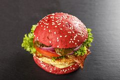 Χρωματισμένα κόκκινα burgers Σπιτικό αμερικανικό χάμπουργκερ burgers κοτόπουλου Στοκ Φωτογραφίες