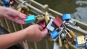 Χρωματισμένα λουκέτα στη γέφυρα απόθεμα βίντεο