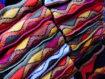 Χρωματισμένα μάλλινα κλωστοϋφαντουργικά προϊόντα για την πώληση στο κατάστημα Στοκ φωτογραφία με δικαίωμα ελεύθερης χρήσης