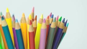 Χρωματισμένα μολύβια με το άσπρο υπόβαθρο απόθεμα βίντεο