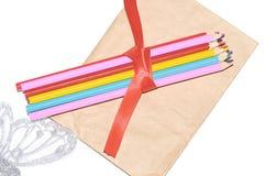 Χρωματισμένα μολύβια που δένονται με μια κορδέλλα στοκ φωτογραφία