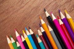 Χρωματισμένα μολύβια που τακτοποιούνται τακτοποιημένα στοκ εικόνες με δικαίωμα ελεύθερης χρήσης