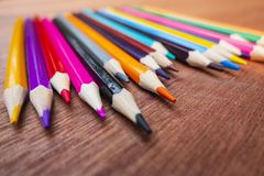 Χρωματισμένα μολύβια που τακτοποιούνται τακτοποιημένα στοκ φωτογραφία με δικαίωμα ελεύθερης χρήσης