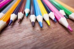 Χρωματισμένα μολύβια που τακτοποιούνται τακτοποιημένα στοκ εικόνες