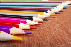 Χρωματισμένα μολύβια που τακτοποιούνται τακτοποιημένα στοκ φωτογραφία