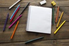 Χρωματισμένα μολύβια και σημειωματάριο Στοκ Φωτογραφία