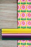 Χρωματισμένα μολύβια και floral υπόβαθρο Στοκ εικόνες με δικαίωμα ελεύθερης χρήσης