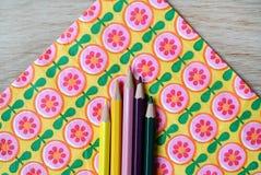 Χρωματισμένα μολύβια και floral υπόβαθρο Στοκ εικόνα με δικαίωμα ελεύθερης χρήσης