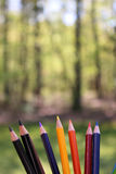 Χρωματισμένα μολύβια καλλιτεχνών στην υπαίθρια ρύθμιση Στοκ φωτογραφία με δικαίωμα ελεύθερης χρήσης