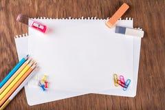 Χρωματισμένα μολύβια με τα φύλλα του εγγράφου Στοκ φωτογραφία με δικαίωμα ελεύθερης χρήσης