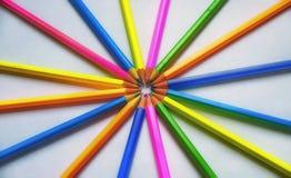 Χρωματισμένα μολύβια που ευθυγραμμίζονται σε ένα άσπρο φύλλο του εγγράφου Στοκ φωτογραφία με δικαίωμα ελεύθερης χρήσης
