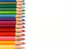 Χρωματισμένα μολύβια σε μια διάταξη στοκ εικόνα με δικαίωμα ελεύθερης χρήσης