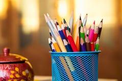 Χρωματισμένα μολύβια σε μια μπλε στάση Φως του ήλιου Στοκ εικόνα με δικαίωμα ελεύθερης χρήσης